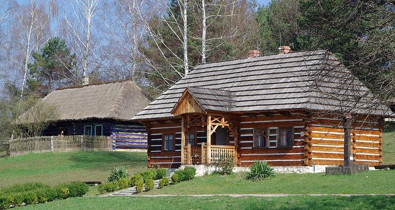 Drewniany domek znajdujący się w Skansenie w Wygiełzowie