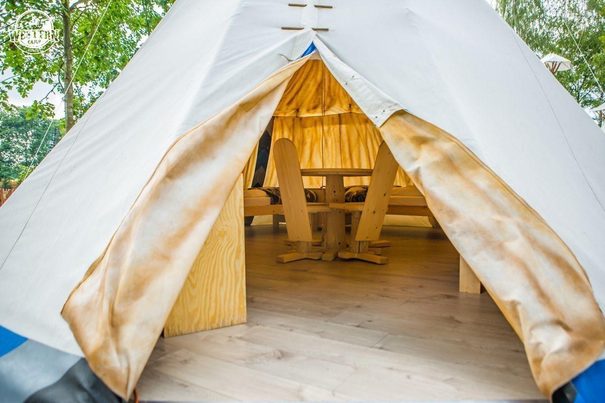 Wnętrze Indiańskiego Tipi znajdującego się w Western Camp Resort