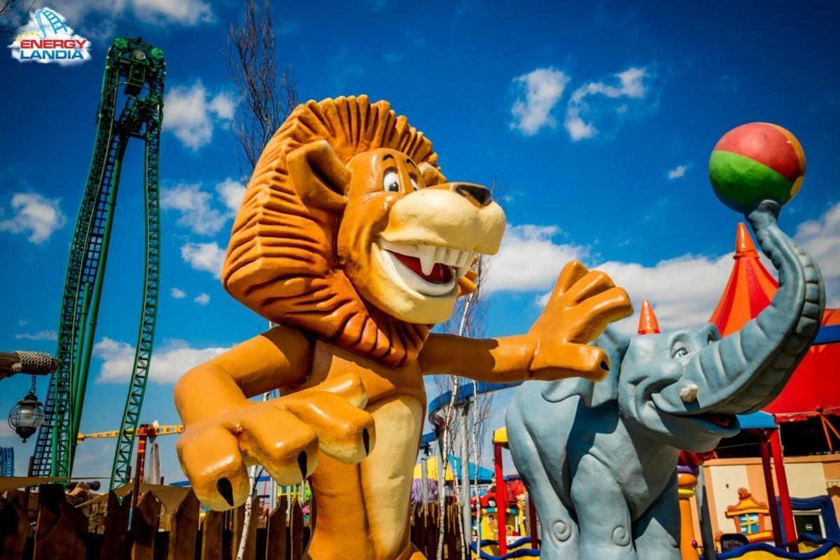 Figurka lwa i słonia a w tle Speed Water Coaster