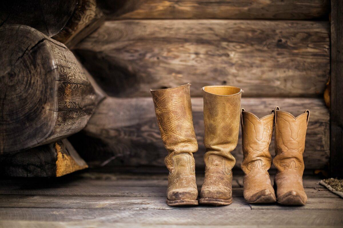 Buty kowbojskie na drewnianej podłodze